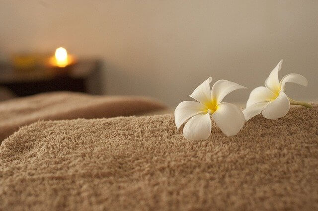 Massageliege mit Blumendeko